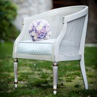 chair with boquet
